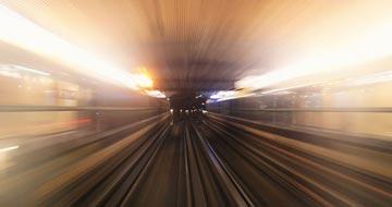 Tog der kører frem gennem en tunnel