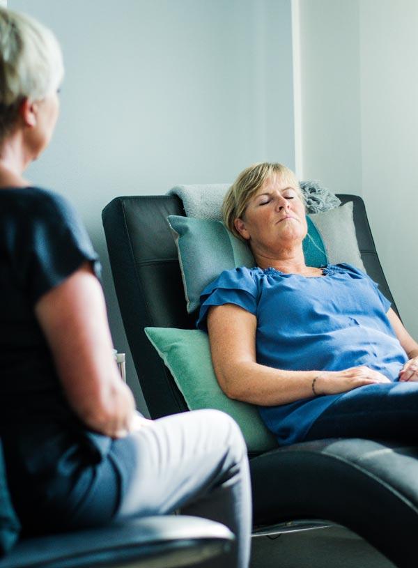 Kvinde i hypnoterapi, som er blandt Viavitas behandlingsmetoder